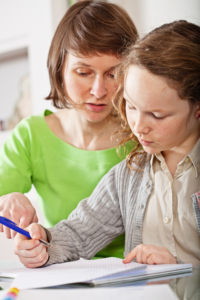 Mutter-hilft-Kind-bei-Schulaufgaben