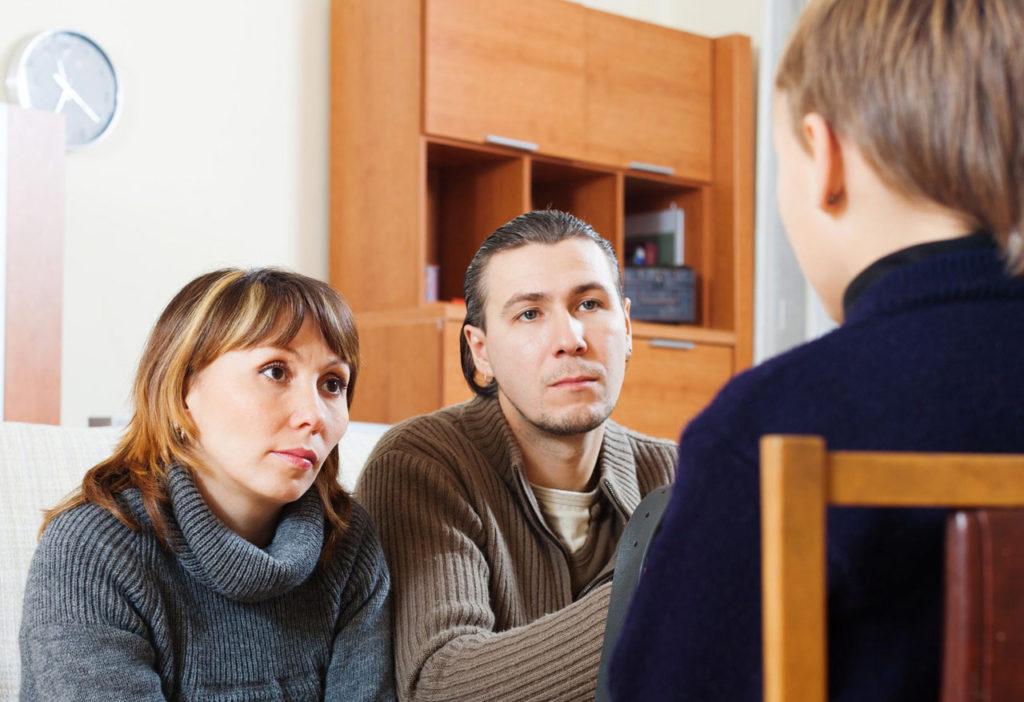 Eltern hören ihrem Sohn zu