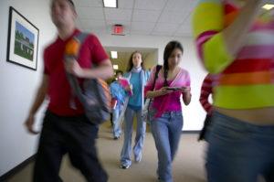 Schüler gehen durch die Flure in die Pause