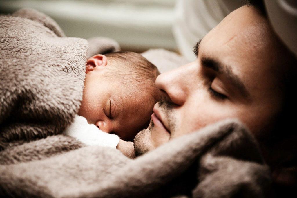Mann und Baby schlafen