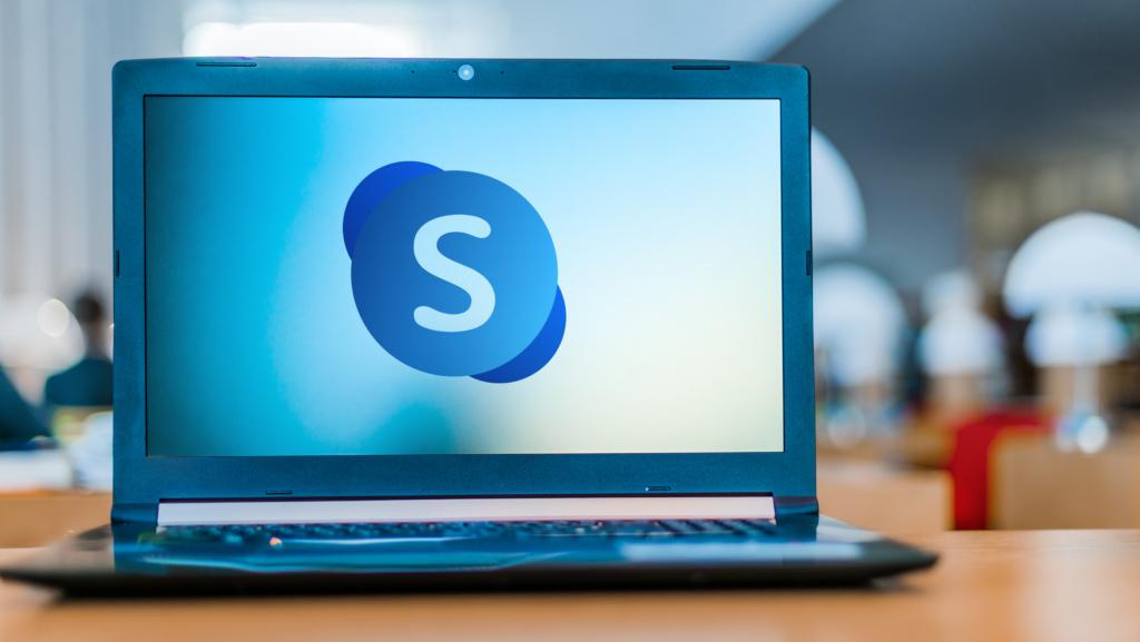 Laptop mit Skype-Zeichen auf Display