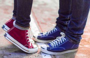 Schuhpaare, Mädchen und Junge, stehen gegenüber