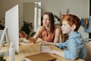Mutter und Sohn am Computer
