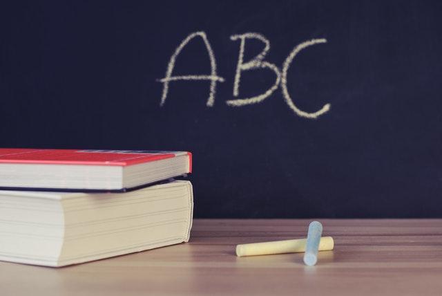 Tafel mir ABC, Tisch mit Schulmaterial