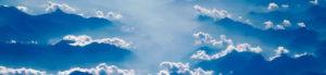 Wolken über dunstigem Himmel