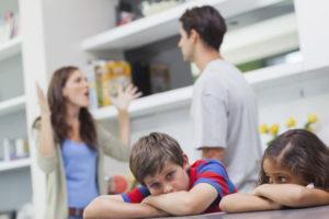 Streitendes Paar und traurige Kinder